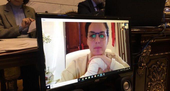 Sandra Gómez segueix el ple per Skype des de la seua casa, on es recupera de les ferides que li van causar uns gossos