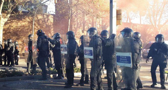 Mossos contenen manifestants a Barcelona que intentaven superar el cordó policial en protesta pel Consell de Ministres