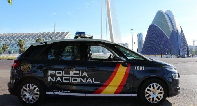 Un policía fuera de servicio evita el robo del bolso de una mujer arrastrada por el suelo