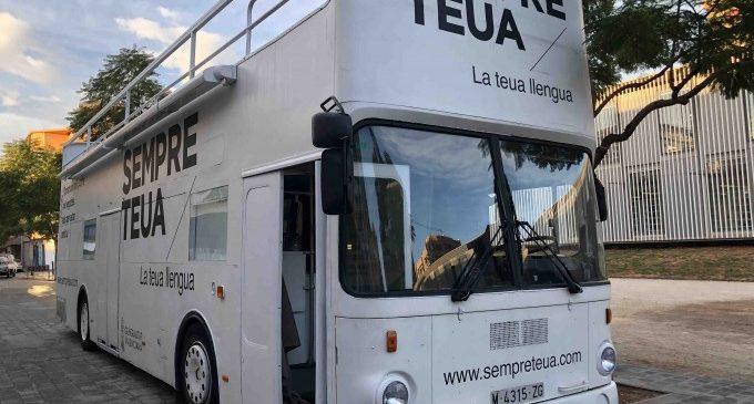 El Bus de la Llengua de la campanya 'Sempre teua. La teua llengua' arriba a les comarques de Castelló
