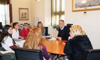 L'alcalde de Llíria recolza les treballadores del servei de neteja dels IES que acumulen nòmines sense cobrar