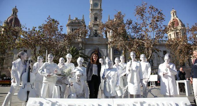 La Plaça de l'Ajuntament, escenari per a visibilitzar la desigualtat laboral de les dones