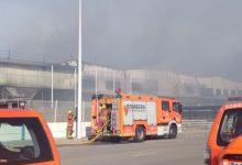 """Controlat l'incendi industrial en una nau de la Cova, que estarà """"fumejant"""" dies"""