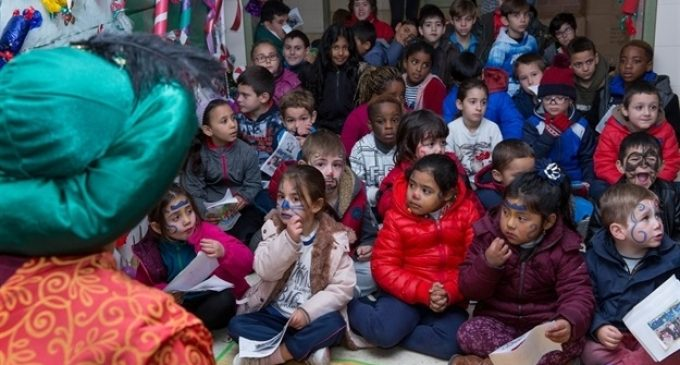 El Paje Real reparte regalos entre los niños y niñas del comedor ...