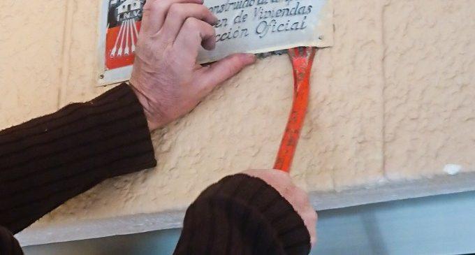 L'Ajuntament retira les plaques amb simbologia franquista que encara romanien en 120 edificis de Manises