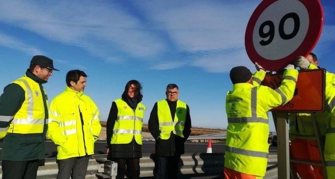 El Govern central canvia les 175 senyals de 100 km/h per les de 90 per a complir amb el nou reglament en vies convencionals