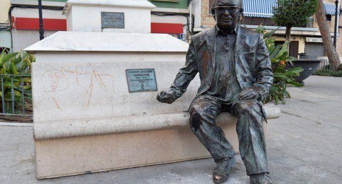 L'estàtua de Vicent Andrés Estellés de Burjassot ja està en la seua ubicació i en perfectes condicions