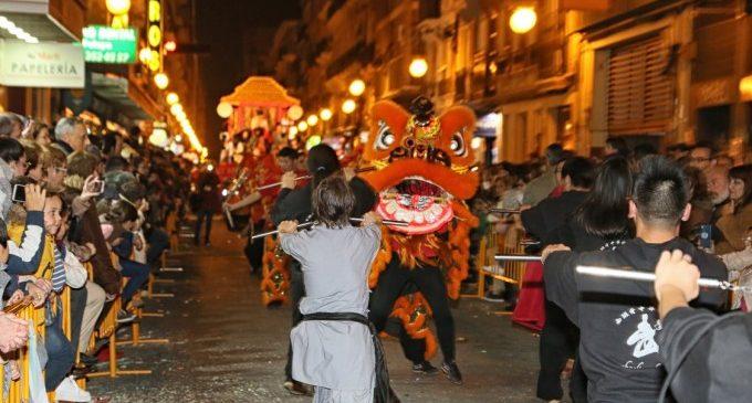 La cavalcada de l'Any Nou Xinés acosta la seua cultura al cor de València