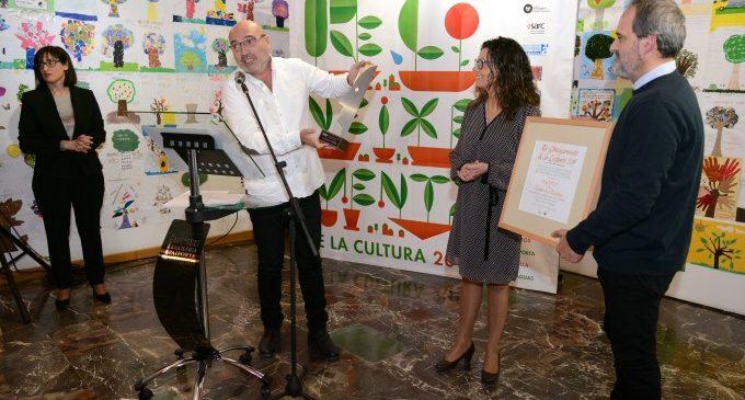 El diputat de Cultura, Xavier Rius, lliura el 'Reconeixement de la Cultura 2019' al Museu de la Rajoleria de Paiporta