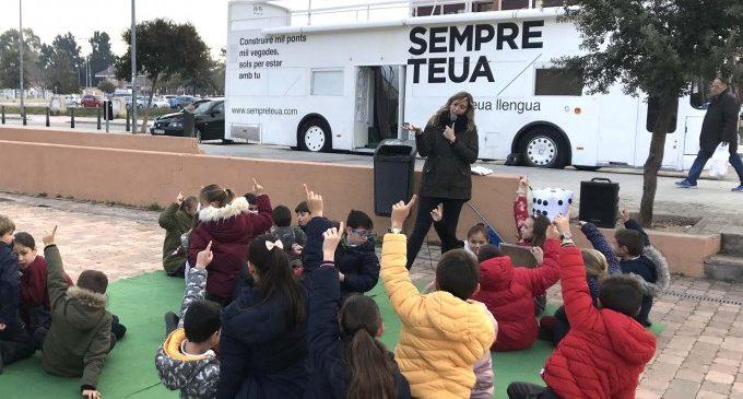"""El 'Bus de la Llengua' arriba a la Ribera com a promoció social del valencià per a la """"equitat lingüística"""""""