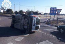 Un conductor va fugir després de xocar contra un altre cotxe i fer que bolcara en una rotonda