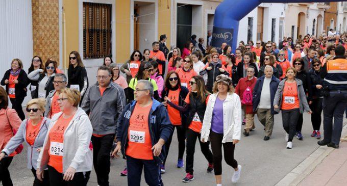 La marxa de la Setmana de la Dona de Puçol: 1.500 veïns contra el càncer de mama