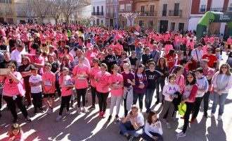 Una marea rosa con más de 1.500 vecinos solidarios inundó Puçol el domingo en la Marxa per la Dona