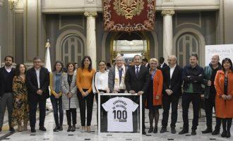 El Valencia CF lliura a Ribó la bandera del seu centenari