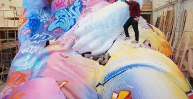 La Falla de l'Ajuntament agafa color amb un taller de pintura de PichiAvo
