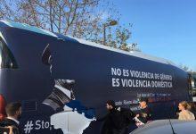 Policia Local de València reté l'autobús d'HazteOír i ho condueix a la central per a retirar els vinils