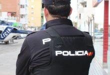 La Policia redueix a un home que amenaçava de calar-se foc a la porta d'una comissaria