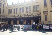 """Col·lectius en defensa del ferrocarril es concentren a València per a denunciar el """"maltractament continu"""" de Renfe"""