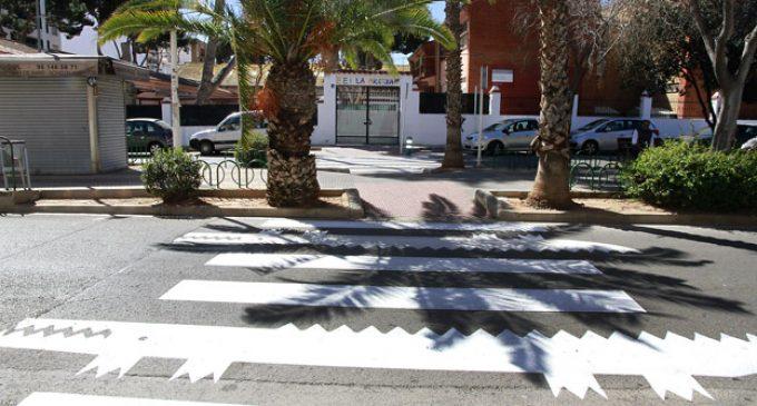 Cocodrils amics en els passos de zebra enfront dels col·legis de Puçol
