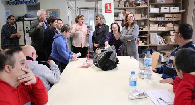 Elena Ferrando i Eva Sanchis visiten el centre ocupacional de Koynos de Godella
