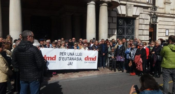 """Una concentración a València demana legalitzar l'eutanàsia: """"Ajudar a morir per amor no és una contradicció"""""""