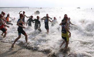 El primer triatlón de la temporada reunirá 500 escolares el 25 de mayo en la playa de Puçol