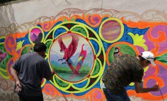 Artistes vinguts de Pakistan pinten un mural a València