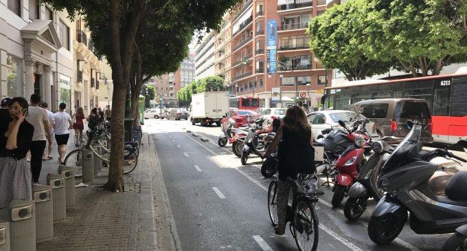 Accident entre un patinet i una bici al carrer Colón