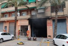 Un ferit per intoxicació per fum i tres cotxes afectats en l'incendi d'un garatge a Paterna