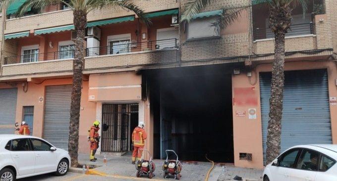 Un herido por intoxicación por humo y tres coches afectados en el incendio de un garaje en Paterna