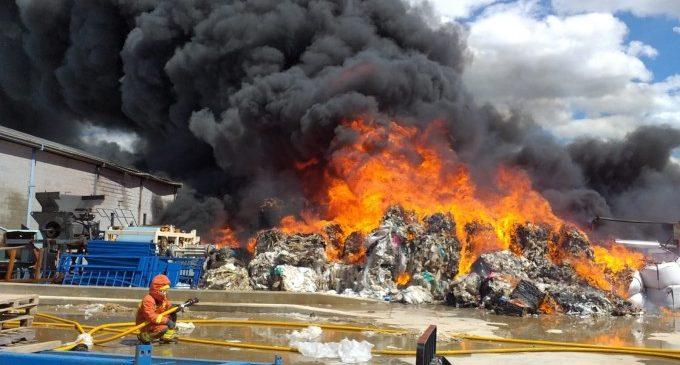 Un incendi calcina l'exterior d'una fàbrica de reciclatge de cartó a la Pobla Llarga