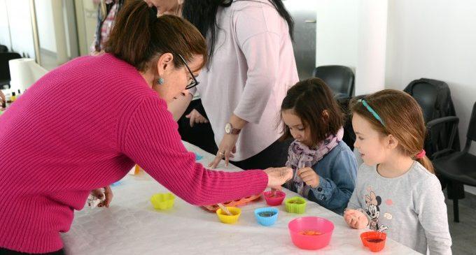 El mercat de Paiporta acull un taller infantil d'elaboració de sabó artesanal dins de les activitats per a dinamitzar-lo