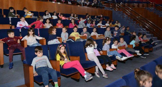 Més de 2.000 xiquetes i xiquetes de Paiporta gaudisquen de la campanya Anem al Teatre