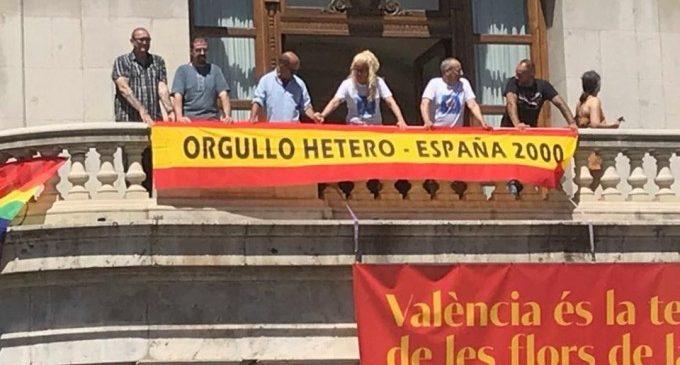 """Els ultradretans d'Espanya 2000 pengen una bandera d'""""orgull hetero"""" damunt de la LGTBI de l'Ajuntament"""