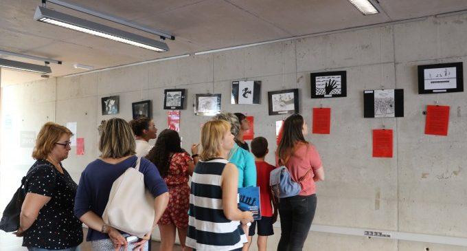 Alumnos y alumnas del IES la Senda inauguran la exposición 'Las migraciones. Otra mirada'