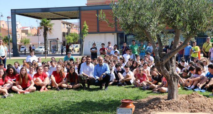 Escolares de Quart de Poblet entierran la cápsula del tiempo con sus deseos por la sostenibilidad