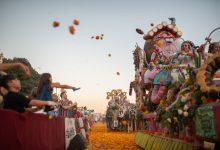 Milers de clavellons tinyen el cel (i el terra) de groc en la Batalla de Flors 2019