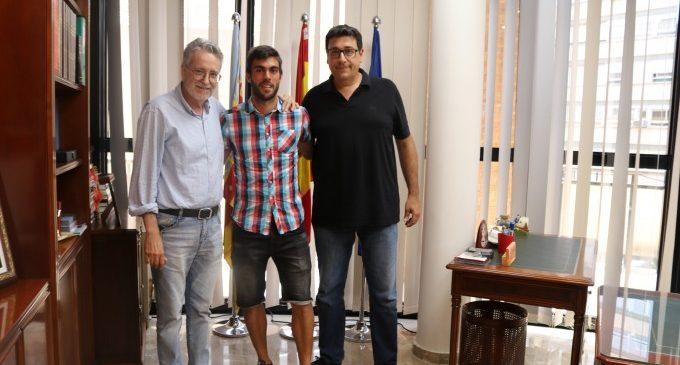 L'alcalde Ramón Marí felicita el futbolista albalense Salva Ruiz pel seu retorn al València Cf