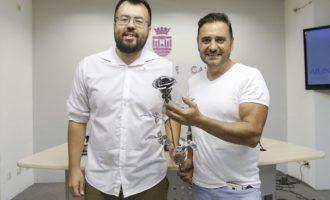 """Gandía homenajea """"las 13 rosas"""" con la obra escultórica 'Sin sentido'"""