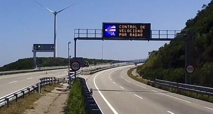 Un equip de la UV crea una app que llig en veu alta els panells de trànsit quan el cotxe s'aproxima
