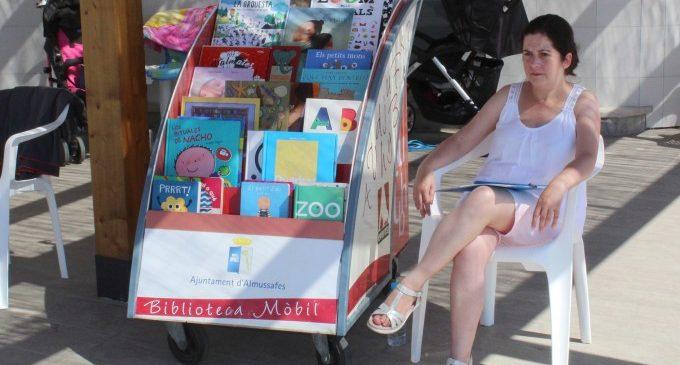 El servicio de Bibliopiscina de Almussafes vuelve a estar disponible este verano