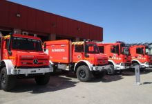 Un incendi en un taller de Gandia calcina tres vehicles i les plaques del sostre