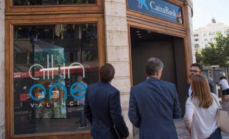 Caixabank abre en València su primera oficina 'all in one', con reconocimiento facial para hacer reintegros