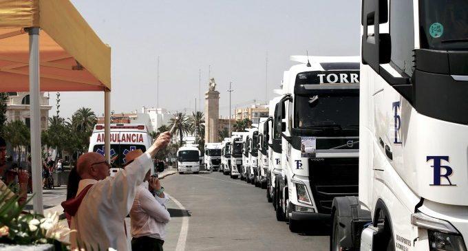 Transportistas procesionan en camiones por València en honor a su patrón San Cristóbal