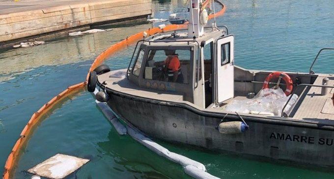 Controlat un abocament oliós d'un buc en el Port, que obliga a activar barreres anticontaminació