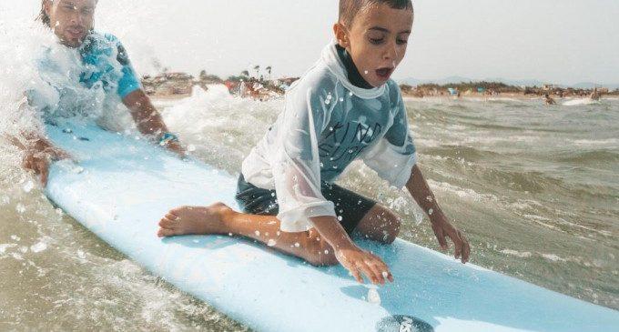 La playa de la Patacona ofrece cursos de surf para personas con diversidad funcional y riesgo de exclusión social