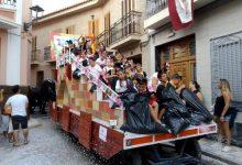 L'emblemàtica Cavalcada d'Alcàsser torna a omplir els carrers del municipi d'enginy i colors