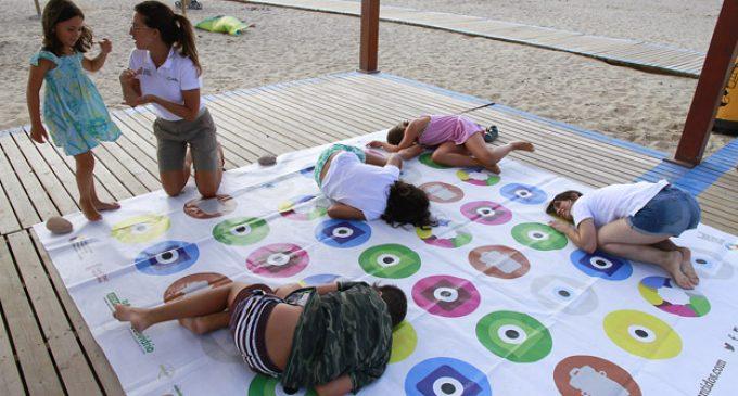 Puçol celebra diversos tallers de reciclatge a la platja del municipi per a promoure la consciència mediambiental