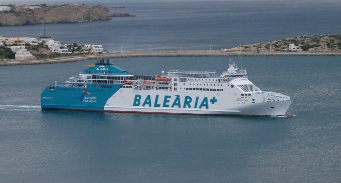 Baleària programa otro ferri para cubrir los servicios del barco encallado en Dénia y sigue evaluando daños