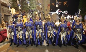 La majestuosidad de los desfiles de Moros y Cristianos llenan de color y música Paterna